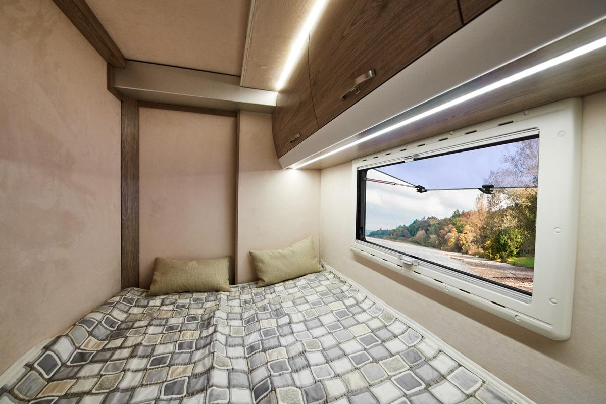 Schlafkabine des Protec Q18 Wohnmobils mit ausgefahrenen Slide Outs