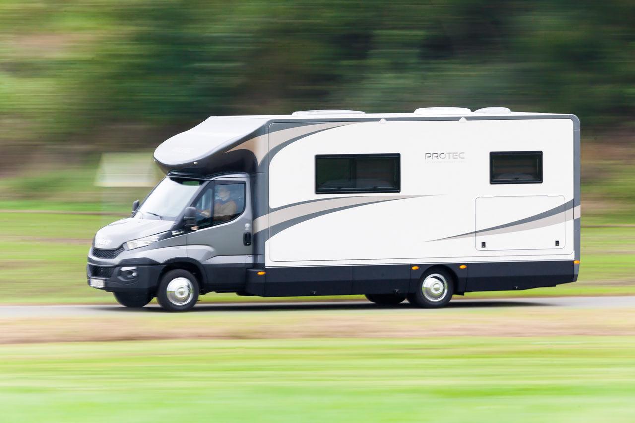 Der Protec Q18 in Bewegung. Das Wohnmobil im Fahrmodus mit eingefahrenen Slide Outs
