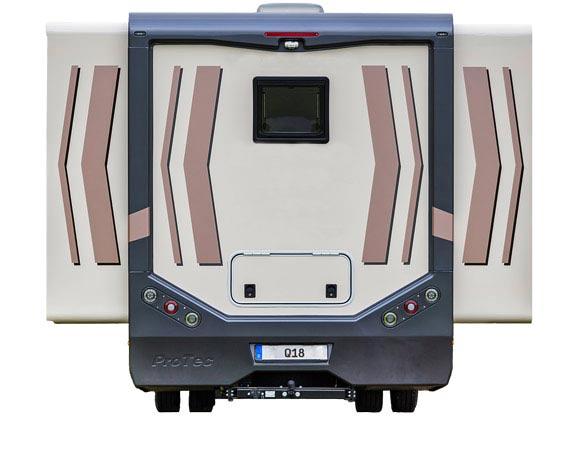Der Q18 Camper mit ausgefahrenen Slide Outs auf beiden Seiten. Auf der Straße ein kompaktes Wohnmobil, im Wohnmodus ein XXL Reisemobil.